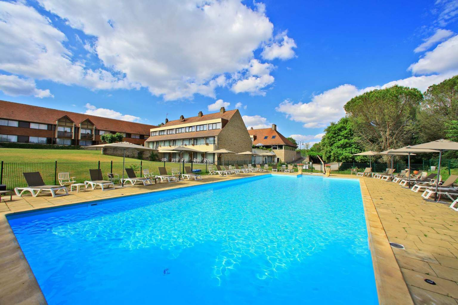 Swimming pool and park hotel rocamadour